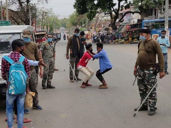 डुमरी पुलिस ने गुरुवार को मास्क चेकिंग अभियान चलाया। इस दौरान बिना मास्क सड़क पर घूमते मिले युवकों से उठक-बैठक लगवाई गई।