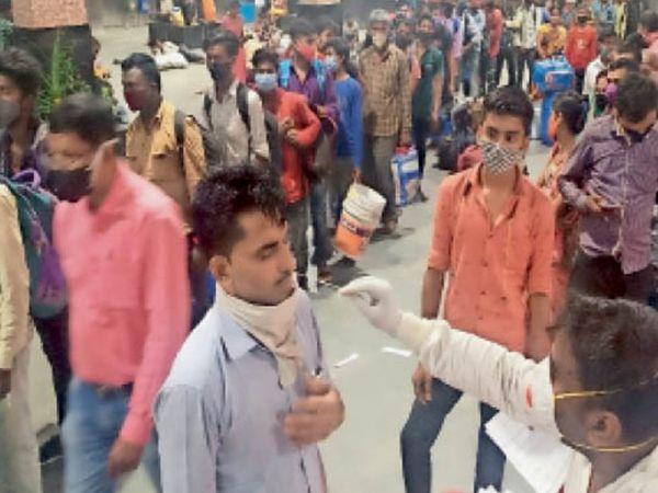 इधर, जंक्शन पर पवन और बांद्रा एक्सप्रेस से उतरे रेल यात्रियों की हो रही कोरोना जांच। - Dainik Bhaskar