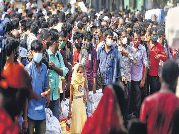 मुंबई में रेलवे स्टेशन के बाहर सड़क तक कतार। - Dainik Bhaskar