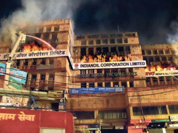 आग बुझाती फायर ब्रिगेड - Dainik Bhaskar