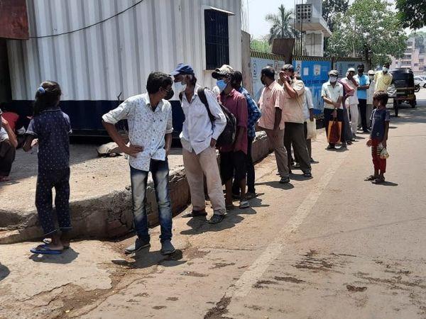 पुणे में एक रेस्टोरेंट के बाहर शिव भोजन थाली खरीदने के लिए लंबी कतार लगी।