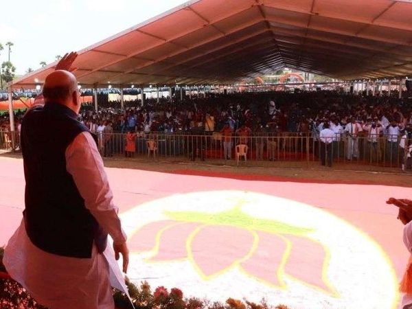 The photo is from Puducherry.  Home Minister Amit Shah, who arrived here to address a rally, himself appeared on the stage without a mask.  A crowd of thousands had arrived at the rally.  Most people were seen without a mask.