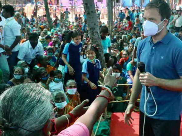 पुडुचेरी में एक सभा में पब्लिक से बातचीत करते हुए राहुल गांधी। यहां राहुल ने मास्क लगा रखा है। बाकी लोगों के पास भी मास्क है, लेकिन मास्क से मुंह और नाक बंद करने की बजाय लोग मास्क को गर्दन पर बांधे हुए हैं। मतलब मास्क होते हुए भी कोई फायदा नहीं।
