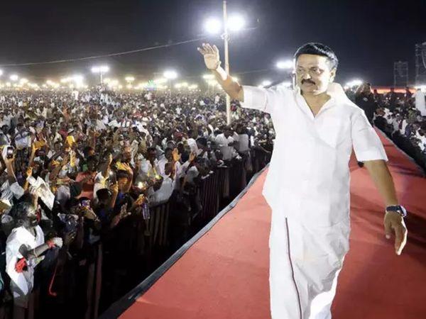 तमिलनाडु में एक रैली को संबोधित करने पहुंचे DMK के चीफ एमके स्टालिन बगैर मास्क के दिखे। रैली में शामिल लोग भी बगैर मास्क के ही थे।
