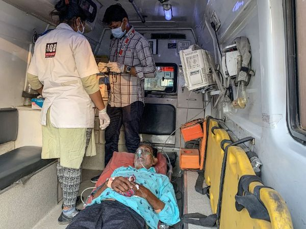 Photo is of Ahmedabad city of Gujarat.  Due to lack of beds in hospitals here, treatment of corona patients has started in the ambulance itself.
