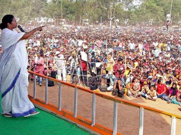फोटो पश्चिम बंगाल के बीरभूम की है। यहां TMC की चुनावी रैली को संबोधित करतीं मुख्यमंत्री ममता बनर्जी। इस रैली में ममता समेत 80% लोग बगैर मास्क के पहुंचे।