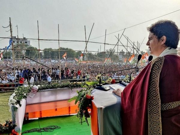 The photo is from Assam.  Congress leader Priyanka Gandhi addressing the election rally here.  Even in this rally, the rules of the corona were laid down.  People appeared without a mask.
