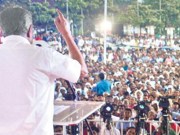 Chief Minister Pinarayi Vijayan addressing the public meeting in Kerala.  90% of the people in the Chief Minister's rallies also come without a mask.  The Chief Minister himself is infected with Corona these days.