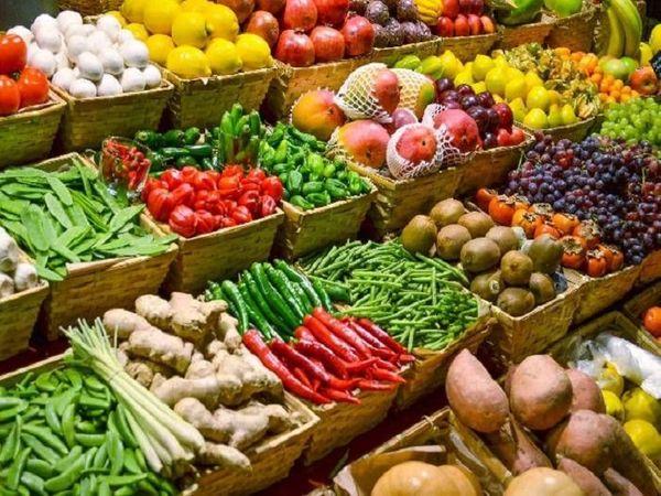 रायपुर में 9 अप्रैल से से लॉकडाउन लागू है। इस दौरान सब्जी की दुकानें तक बंद करा दी गई है। इसकी वजह से सब्जी और फल उत्पादक किसानों को भी भारी नुकसान उठाना पड़ रहा है। - Dainik Bhaskar
