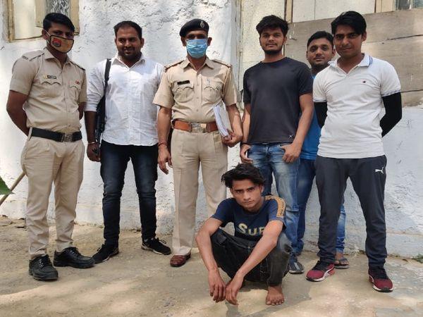 मेवात में हरियाणा पुलिस की गिरफ्त में जिले के गांव खोरी निवासी जावेद उर्फ जाबिद। इस पर दिल्ली पुलिस ने 50 हजार का इनाम रखा हुआ है। - Dainik Bhaskar