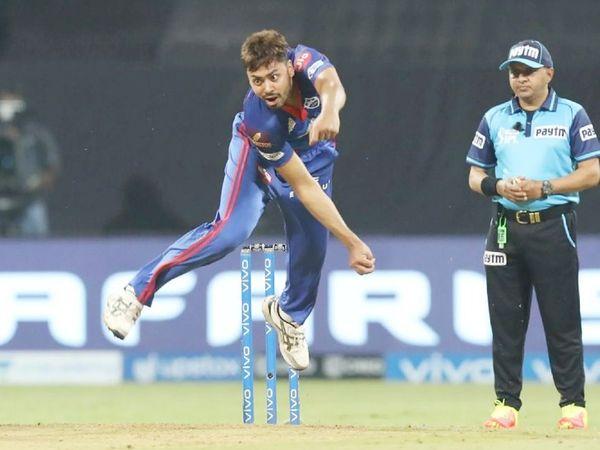 दिल्ली के तेज गेंदबाज आवेश खान ने 3 विकेट लिए। उन्होंने शिवम दुबे, डेविड मिलर और रियान पराग को अपना शिकार बनाया।
