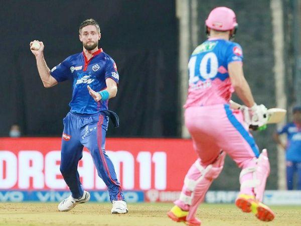 दिल्ली के बॉलर क्रिस वोक्स राजस्थान के बैट्समैन मिलर को रनआउट के लिए डराते हुए।