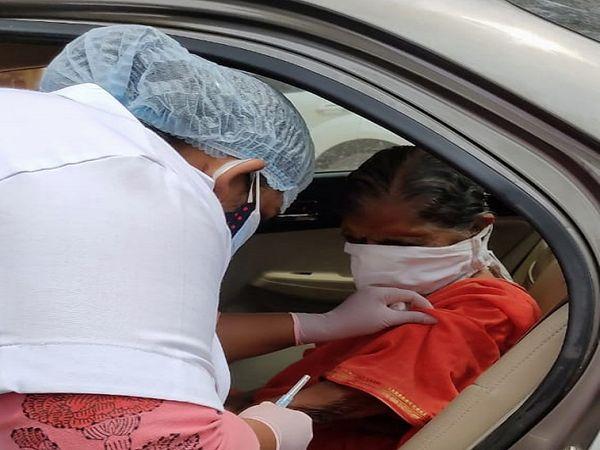 96 साल की शंता ने सभी को टीकाकरण के लिए प्रेरित किया।