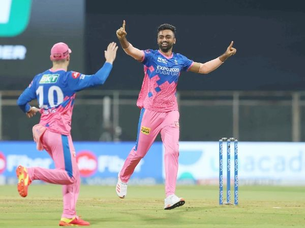 जयदेव उनादकट ने 3 विकेट लिए। धवन, पृथ्वी शॉ और अजिंक्य रहाणे को पवेलियन भेजा। नाबाद 11 रन बनाकर मैच भी जिताया, इसलिए उन्हें मैन ऑफ द मैच भी चुना गया।