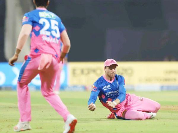 राजस्थान के जोस बटलर ने मार्कस स्टोइनिस का मुश्किल कैच लपका।
