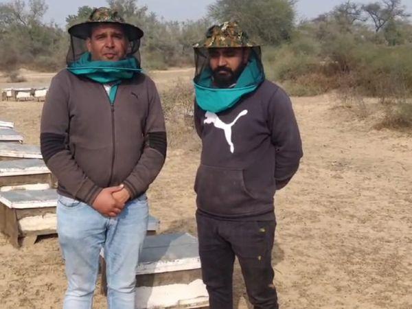 नरेश और उनके रिलेटिव संदीप। संदीप पहले से मधुमक्खी पालन का काम कर रहे हैं, लेकिन पिछले साल से उन्होंने एक प्रोफेशनल के रूप में काम करना शुरू किया।