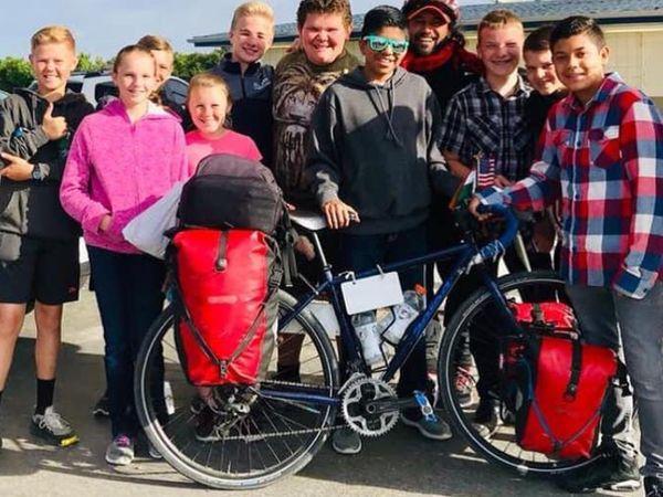 कैलिफोर्निया के स्कूली बच्चों के साथ सोमेन देबनाथ। सोमेन को इस यात्रा में बच्चों से बहुत लगाव रहा है।