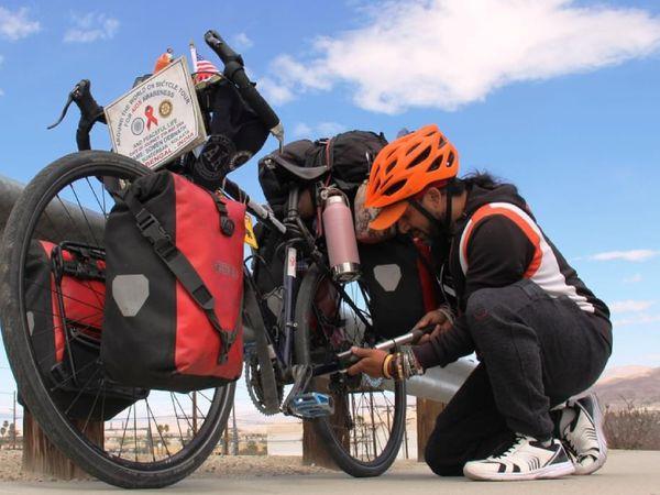 सोमेन अपनी साइकिल पर एक बैग में डेली यूज का हर सामान पैक करके रखते हैं। साइकिल खराब हुई तो उसे ठीक भी कर लेते हैं।