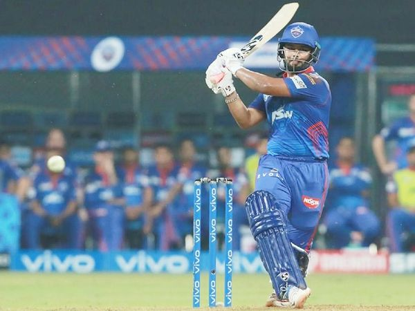 टॉस हारने के बाद पहले बल्लेबाजी करते हुए ऋषभ पंत ने 32 बॉल पर 51 रन की पारी खेली।