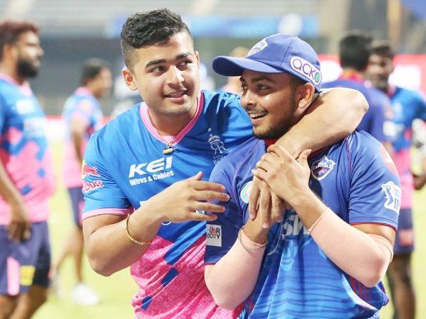 राजस्थान टीम के रियान पराग ने मैच जीतने के बाद दिल्ली के पृथ्वी शॉ के साथ मस्ती की।