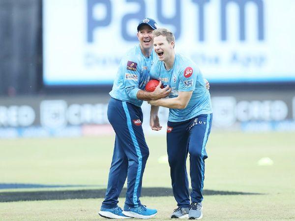 मैच से पहले दिल्ली टीम के कोच रिकी पोंटिंग और खिलाड़ी स्टीव स्मिथ मस्ती करते दिखे। दोनों ही खिलाड़ी ऑस्ट्रेलिया टीम के कप्तान रह चुके हैं।