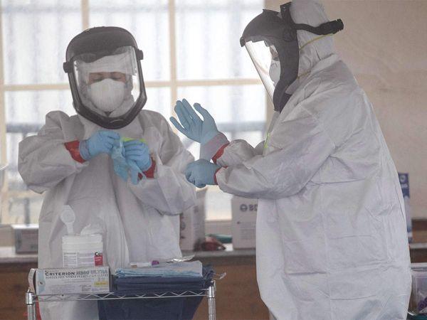 अस्पतालों में PPE किट्स और सभी आवश्यक सावधानी बरतने के बाद भी डॉक्टर इन्फेक्ट हुए। सहायक स्टाफ को भी इन्फेक्शन होने की खबरें आती रही हैं।