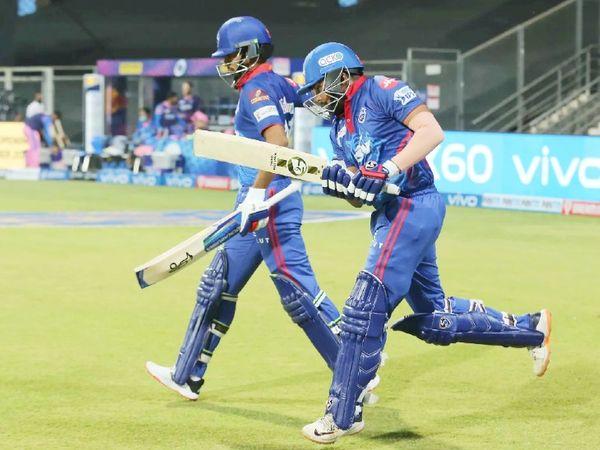 दिल्ली ने 16 रन पर 2 विकेट गंवाए। पृथ्वी शॉ 2 और शिखर धवन 9 रन बनाकर आउट हुए।