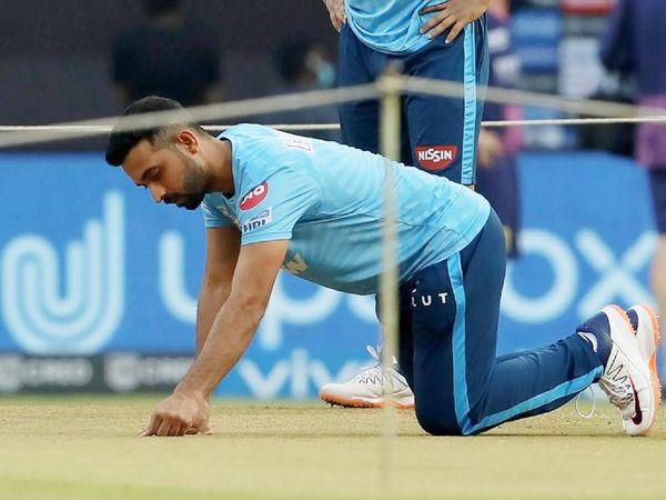 मैच शुरू होने से पहले पिच का मुआयना करते हुए दिल्ली टीम के अजिंक्य रहाणे। वे मैच में खास नहीं कर सके। उन्होंने 8 बॉल पर 8 रन बनाए।