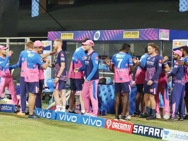 मैच जीतने के बाद RR टीम के डगआउट में इस तरह खिलाड़ी और कोच खुश नजर आए।
