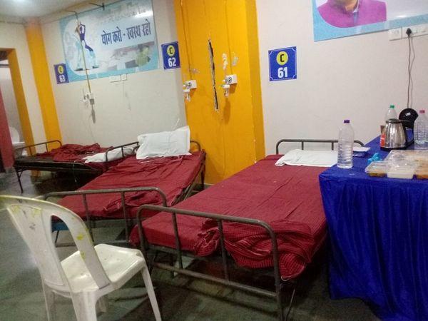 इंडोर स्टेडियम के अंदर की ये तस्वीर एक संक्रमित ने दैनिक भास्कर के लिए खींची, खाली नजर आ रहे बेड पर भी मरीज थे जो कुछ देर पहले ही चल बसे।