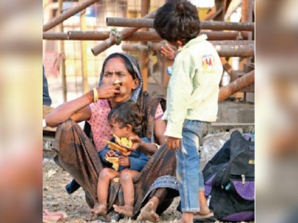 राजनांदगांव में काम करने वाली यह महिला लॉकडाउन के कारण काम बंद होने के बाद मध्य प्रदेश के रीवा के लिए पैदल निकल पड़ी।