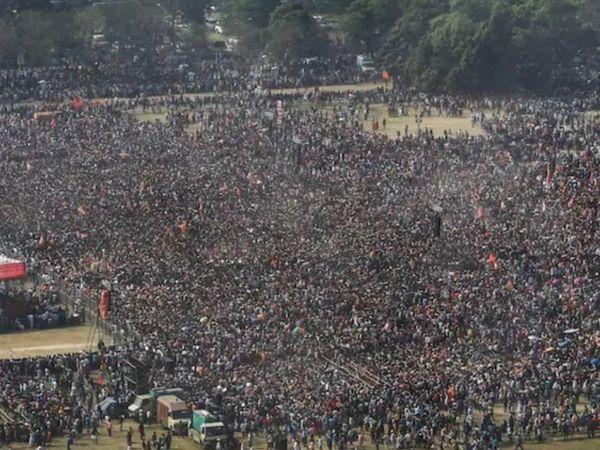 फोटो पश्चिम बंगाल की राजधानी कोलकाता की है। यहां 7 मार्च को BJP की तरफ से बड़ी चुनावी रैली का आयोजन किया गया था। इसमें प्रधानमंत्री नरेंद्र मोदी शामिल हुए थे। लाखों की संख्या में लोग रैली में शामिल हुए थे। इस बीच कोविड नियमों का जमकर उल्लंघन हुआ था। - Dainik Bhaskar