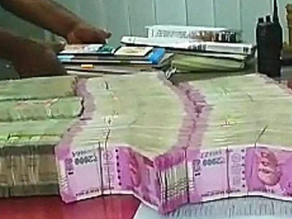 सुरक्षा और नियंत्रक एजेंसियों ने पश्चिम बंगाल में चुनाव के दौरान अवैध धन की रिकॉर्ड धरपकड़ की है, चुनाव आयोग ने इसके लिए 13 एजेंसियां तैनात की थीं। (सिंबॉलिक फोटो) - Dainik Bhaskar