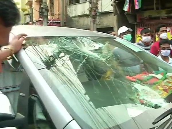 BJP कैंडिडेट राजू बनर्जी के मुताबिक, उनकी कार पर पत्थर और बम फेंके गए हैं।