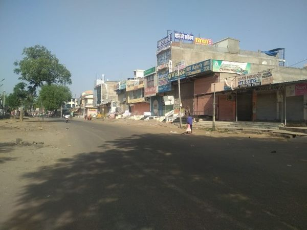 The photo is from Sheopur Bazar located in Pratap Nagar, Jaipur, where there is a lot of chaos at 8 am in the normal days, but today the atmosphere is deserted due to the lockdown.