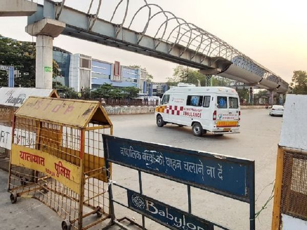 During the lockdown, only police and health services vehicles are seen on the streets of Raipur.  Many roads have been one-way.