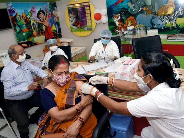 बढ़ते कोरोना केस के बीच बिहार की राजधानी पटना में वैक्सीनेशन के लिए लोगों की भीड़ बढ़ने लगी है। - Dainik Bhaskar