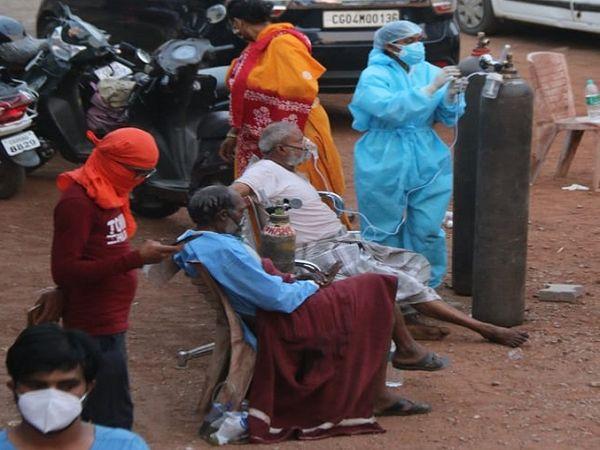 अस्पताल के पिछले हिस्से की पार्किंग में कुछ मरीजों को कुर्सी पर बैठाकर ऑक्सीजन दी गई।
