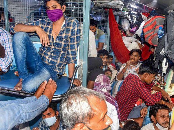 कोरोना लॉकडाउन के चलते महाराष्ट्र से प्रवासियों के लौटने का सिलसिला जारी है। फोटो भोपाल रेलवे स्टेशन की है।