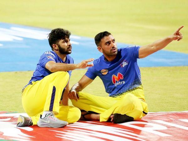 मैच के बाद तेज गेंदबाज शार्दूल ठाकुर और दीपक चाहर मैदान पर बैठे नजर आए।