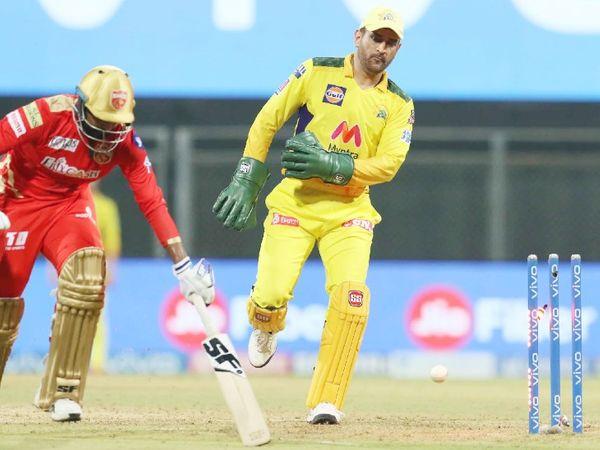 महेंद्र सिंह धोनी पंजाब किंग्स के बैट्समैन को रनआउट करने की कोशिश करते हुए। - Dainik Bhaskar