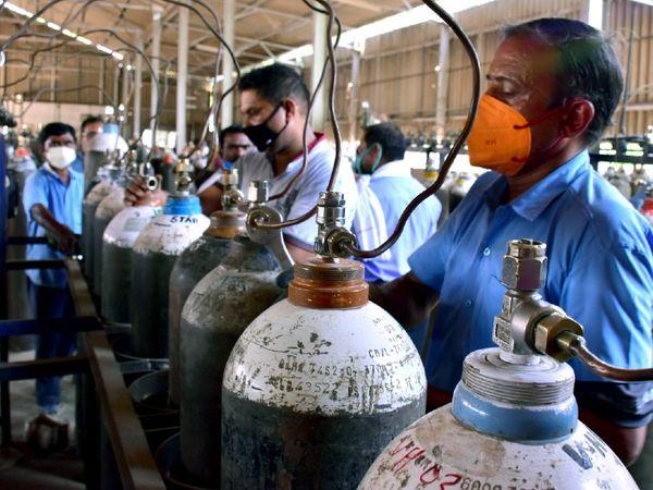 कोरोना मरीजों की बढ़ती संख्या को देखते हुए अस्पतालों में ऑक्सीजन सिलेंडर सप्लाई बढ़ाई जा रही है। फोटो जबलपुर में ऑक्सीजन सिलेंडर रीफिल करते हुए कर्मचारियों की है।