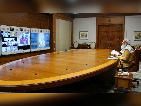 अलग-अलग मंत्रालयों के अफसरों से कोरोना के हालात पर चर्चा करते हुए प्रधानमंत्री नरेंद्र मोदी।