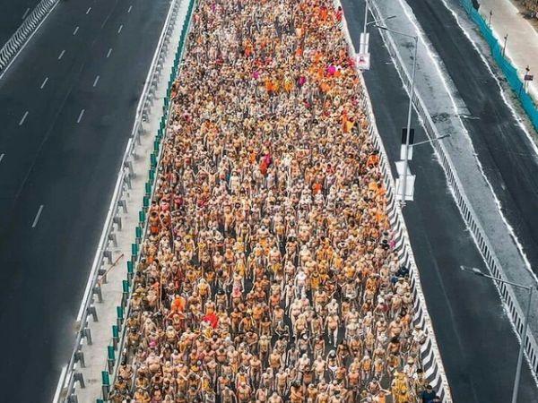 कोरोना के कहर के बीच कुंभ में लगातार भीड़ बढ़ती जा रही है। वहीं उत्तराखंड में एक महीने के अंदर कोरोना मरीजों के मिलने की रफ्तार में 8814% की बढ़ोतरी दर्ज की गई है।