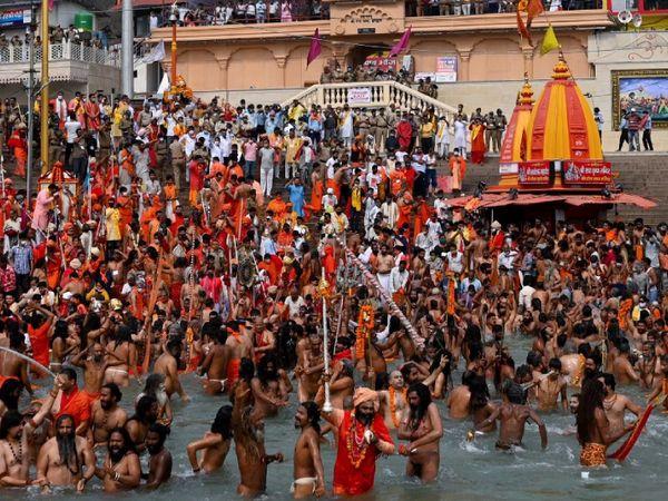 हरिद्वार में हो रहे कुंभ में शाही स्नान का नजारा। पिछले 24 घंटे में उत्तराखंड में 2,402 लोग संक्रमित मिले हैं। इनमें 539 मरीज हरिद्वार से हैं।
