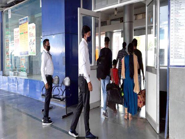 समय से पहले आने वालों को स्टेशन स्टाफ बाहर कर देते है।