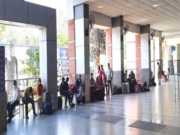 ट्रेन में जाने के लिए समय से पहले आकर लोग स्टेशन के बाहर बैठ जाते है