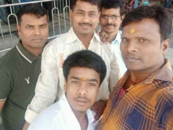 दोस्तों के साथ संतोष और संजय की फाइल फोटो।