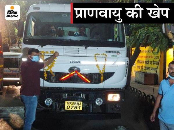 गुजरात से आए ऑक्सीजन टैंकर का इंदौर में इस तरह से स्वागत किया गया।