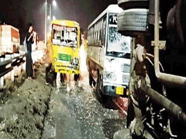लुधियाना में हाईवे पर पलटी बस और पीछे से टकराई दूसरी बस। इस हादसे में 20 लोगों को मामूली चोटें आई, जिन्हें प्राथमिक उपचार के बाद डिस्चार्ज कर दिया गया। - Dainik Bhaskar